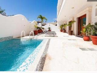 2BR, Few Blocks to the beach, Internet, Pool, Downtown! D1 - Playa del Carmen vacation rentals