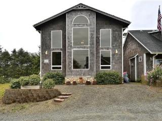 Embassy is only steps to downtown and the beach with a back yard 3 bedroom 2.5 bath sleeps 6 - 62160 - Cannon Beach vacation rentals