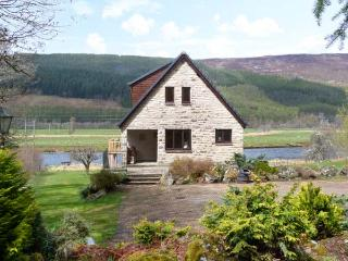 KERROWBURN LODGE, quality cottage by river, open fire, en-suite, tranquil setting, Cannich Ref 25665 - Drumnadrochit vacation rentals