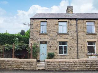 ROSSKEEN, cottage in popular village, open fire, patio and deck, amenities close, Tideswell Ref 22019 - Derbyshire vacation rentals