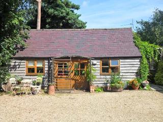 THE POTTERY, single-storey, romantic retreat, private patio, in village location, in Urchfont near Devizes, Ref 25807 - Collingbourne Kingston vacation rentals