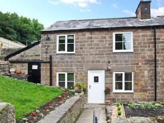 FLAG COTTAGE, all ground floor, character features, side lawned garden, in Cromford, Ref 25467 - Cromford vacation rentals