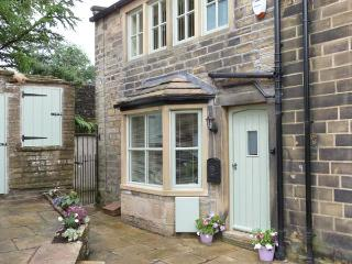 CHLOE'S COTTAGE, luxury, stone-built cottage, central location, parking and courtyard, in Haworth, Ref 26945 - Haworth vacation rentals