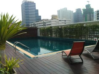 Top floor 1 bed apt Silom w/rooftop pool ,wifi&tv - Bangkok vacation rentals