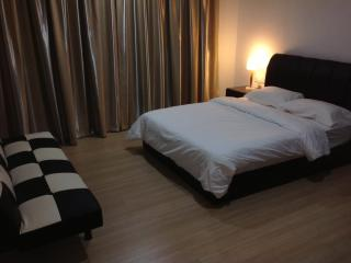 Cozy Apartment with A/C and Hot Tub in Tanjong Bungah, Pinang - Tanjong Bungah, Pinang vacation rentals
