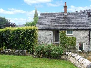 HALLCLIFFE COTTAGE, romantic cottage with woodburner, WiFi, king-size bed, garden, close to cyling and walks in Parwich, Ref. 25 - Parwich vacation rentals