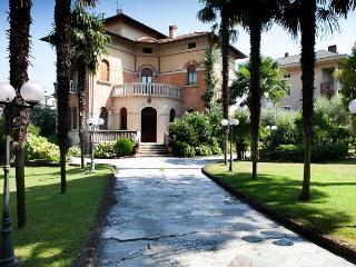 4 bedroom House with Private Outdoor Pool in Desenzano Del Garda - Desenzano Del Garda vacation rentals