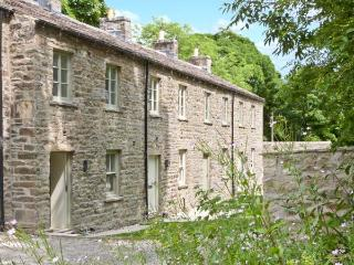 2 ST JOSEPH MEWS, pet-friendly, wonderful riverside location, woodburner, open plan living area, in Aysgarth, Ref. 23949 - Aysgarth vacation rentals