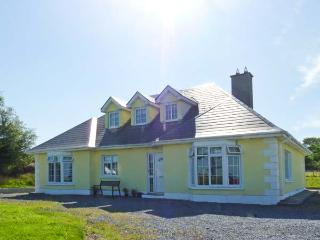 THE BUNGALOW, pet-friendly, ground floor bedroom and wet room, pool table, great family cottage, in Kilchreest, Ref. 27241 - Athenry vacation rentals