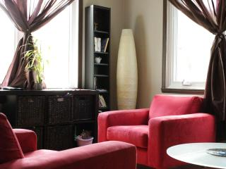3 bdr/ch - 2 floors/étages - feel like home - Montreal vacation rentals