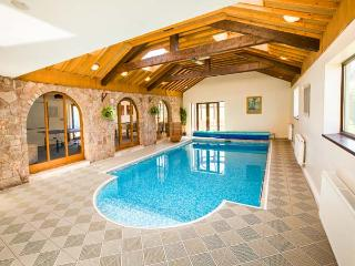 BROOKWAY, luxury, detached, swimming pool, games room, parking, garden with hot tub and play area, in Whitford, Ref 27085 - Flintshire vacation rentals