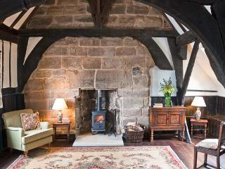 PORTER'S LODGE, over first and second floor of a medieval gatehouse, woodburner, parking, in Tamworth, Ref 27119 - Tamworth vacation rentals