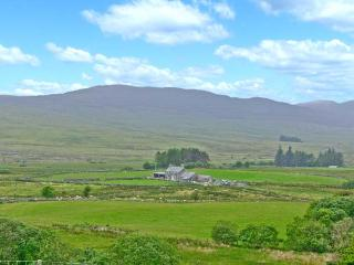BRYN RE, detached, mountain views, off road parking, garden, in Trawsfynydd, Ref 8881 - Betws-y-Coed vacation rentals