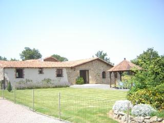 4 bed cottage,sleeps 8, indoor heated pool,wifi, - Poitou-Charentes vacation rentals