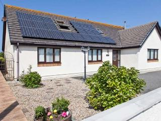 THE WILLOWS, detached cottage, woodburner, en-suite bedrooms, enclosed garden, walking distance to beach, near Trearddur Bay, Ref. 27187 - Trearddur Bay vacation rentals