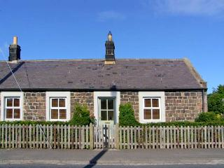 RISING SUN, end-terraced cottage with woodburner, garden, amenities on doorstep, close to coast and castles, in Christon Bank, Ref 25354 - Embleton vacation rentals