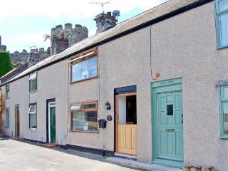 BREUDDWYDIO, ideal for a family or couple, sea views, coastal walks from door, in Conwy, Ref 25858 - Conwy vacation rentals