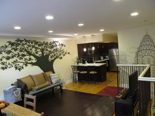 The Bushwick: 3BR 2BA Sleeps 8-12, NYC in 20 mins - Brooklyn vacation rentals
