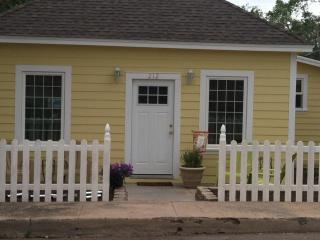 Nice Cottage with DVD Player and Microwave - Williams vacation rentals