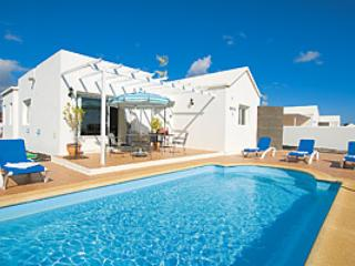 Villa Mercedes swimming pool area - Lovely 4 bed  villa pool wifi playstation &  2 master ensuites Los Mojones Puerto del Carmen - Puerto Del Carmen - rentals