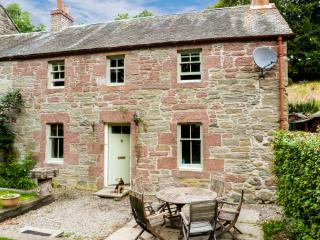 BLOSSOM COTTAGE, WiFi, dogs welcome, woodburner, lovely rural location near Dunkeld, Ref. 27707 - Dunning vacation rentals