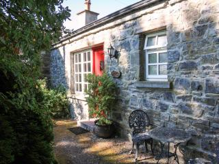KNOX COTTAGE, single-storey, open fire, off road parking, lawned garden, in Lorrha near Portumna, Ref. 27084 - Portumna vacation rentals