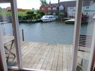 Sunset Haven Self catering three bedroom holiday cottage in Hoveton on the Norfolk Broads - Wroxham vacation rentals