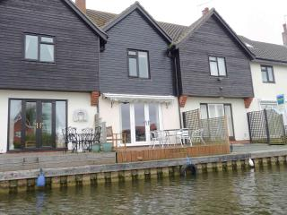 Swan Cottage Self catering three bedroom holiday cottage in Wroxham, Hoveton on the Norfolk Broads - Wroxham vacation rentals