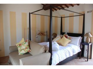 Fantastically comfortable four poster bed for a great nights sleep - Four-poster bed, pool, private garden, great views - San Ginesio - rentals
