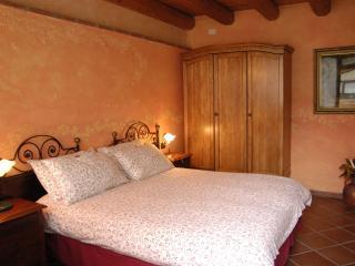 La Camaldola the B&B immersed in the beautiful green of Verona Yellow room - Verona vacation rentals