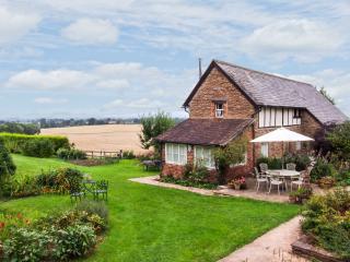 RADDLE BANK HOUSE, detached barn conversion, en-suite bedrooms, woodburner, lawned garden, near Tenbury Wells, Ref 27589 - Tenbury Wells vacation rentals