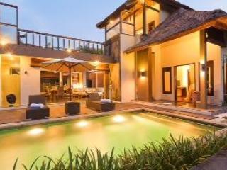 Pool and Villa at Dusk - Villa Kudos - Echo Beach - Canguu - Canggu - rentals
