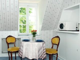 Charming dining area. - Sky View Suite: 1BR Apt in Chateau des Sablons - Bourgueil - rentals