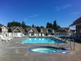 Charming 2 bedroom Cottage in Qualicum Beach with Deck - Qualicum Beach vacation rentals