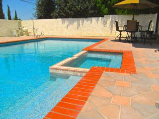 3 BED LRG LUXURY TOWNHOUSE w/POOL, JACUZZI, & WIFI - Los Angeles vacation rentals