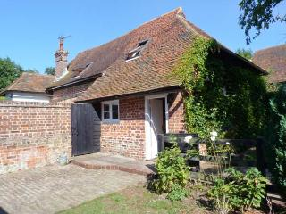 HOME FARM HOUSE, 18th century cottage, dog-friendly, woodburner, enclosed - Herne Bay vacation rentals