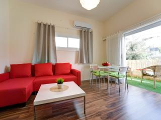 Lovely vacation apartment with a sunny balcony - Tel Aviv vacation rentals