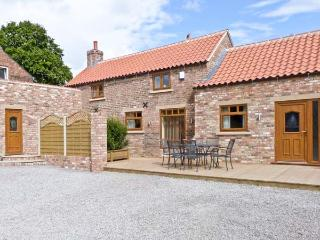 PARTRIDGE COTTAGE, luxury with hot tub, romantic retreat, four poster bed, in Stamford Bridge, Ref 16094 - Yorkshire Dales National Park vacation rentals