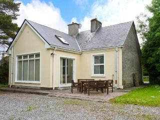 BALLINDINE HOUSE, pets welcome, en-suite bedroom, multi-fuel stove, ground floor cottage in Ballindine, Ref. 26036 - Mayobridge vacation rentals