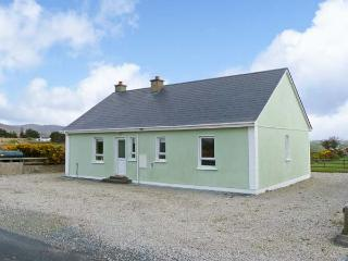 MOUNTAIN VIEW, pets welcome, open fire, en-suite facilities, near Falcrragh, Ref. 26186 - Falcarragh vacation rentals