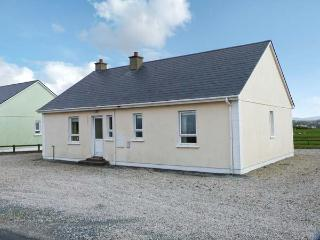 SEABREEZE, open fire, pretty view, ground floor accommodation, near Falcarragh Ref. 26253 - Falcarragh vacation rentals