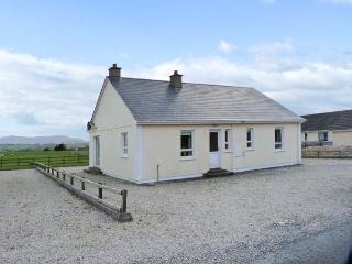 SEABREEZE, open fire, pretty view, ground floor accommodation, near Falcarragh Ref. 26253 - Falcarragh vacation rentals