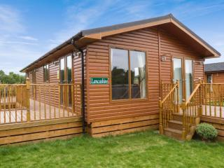 LANCASHIRE LODGE, log cabin, ground floor, hot tub, pet-friendly, in Kiplin, Ref 27295 - Hudswell vacation rentals