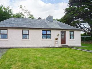 RUBAWN, single-storey, oil stove, sea views, lawned gardens, near Kells, Ref 15462 - Dingle vacation rentals