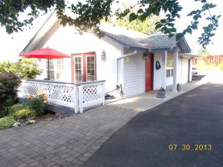 Comfortable Cottage with Deck and Internet Access - Portland vacation rentals
