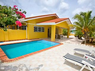 Villa Amarilla, privat pool and car rent, rent directly from owner - Willibrordus vacation rentals