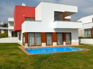 471740 - 3 bedroom villa - Overlooking pool and terrace - Sleeps 8 - Bom Sucesso Obidos - Leiria vacation rentals