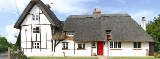 Front Of Cottage - Pretty Grade Two Listed Thatched Cottage - Buckinghamshire - rentals