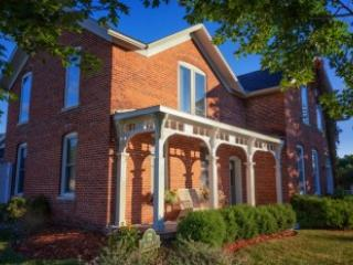 Front of House - Charming Brick Farmhouse with a touch of Elegance - Winona - rentals