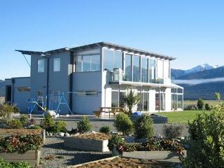 Te Anau Holiday Houses - Rainbow Lakeview House - New Zealand vacation rentals
